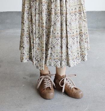 """あえてふんわりとしたフェミニンなスカートに合わせて""""ミックス感""""を楽しむのもオシャレ。優しい雰囲気のブラウン系は、女性らしいコーデやナチュラル系のスタイリングにもより馴染みやすくなっています。寒さの厳しい日は、タイツやレギンスに靴下をレイヤードするのもいいですね。"""