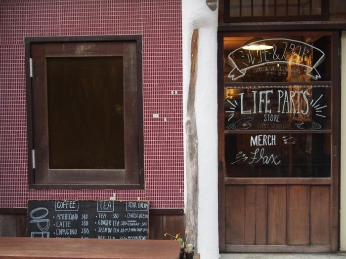 「ミルコーヒー&スタンド」は材木座海岸の入り口、魚屋さんやおもちゃ屋さんなど、昔ながらの風景が残る路地に佇んでいます。鎌倉駅から歩いて、だいたい20分程度で到着。少し時間がかかりますが、次第に近づく海の気配を楽しみながら進めば、きっとちょうどよい距離感のはず♪