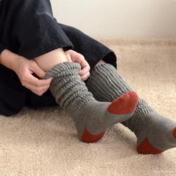 """足首から上の部分をリブ編みで仕立てた""""くしゅくしゅ感""""が可愛らしい靴下。中川政七商店のテキスタイル雑貨ブランド「遊 中川」が、奈良の靴下工場の高い技術を活かして丁寧に作ったあたたかい靴下です。タイツや他の靴下との重ね履きも楽しめるので、足元のオシャレの幅も広がりますよ!"""