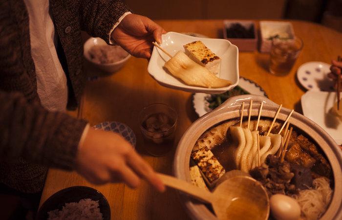出汁をとったり、下ごしらえをしっかりしたりするだけで、お店のような美味しいおでんがおうちでいただけるなんて♪さらにお皿もこだわって、この冬は家族や親しい方々と一緒に、鍋パーティーではなく、自慢のおでんでパーティーなどいかがでしょうか。