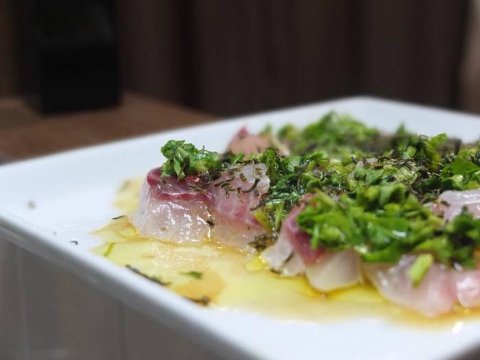 カルパッチョと昆布は相性抜群です。オリーブオイル、お酢、塩胡椒の手作りドレッシングに、砕いた極細こんぶをぱらぱらとかけてどうぞ。彩りは、お好みで。こちらはセロリの葉っぱをみじん切りしたものを乗せています。