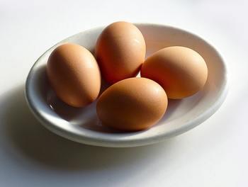 卵はゆで玉子にして殻をむいておきます。ゆで玉子のコツは、お鍋にお湯を沸かし、冷蔵庫から出したての卵をそっと入れ、10分ほどゆでたらすぐに冷水にとり、冷めてから殻をむき取ると◎。
