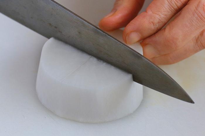 おでんの具材で人気のある大根。おでんに使う場合は、だし汁で炊く前に、竹串がすっと入るまで、米のとぎ汁で下ゆでするのがポイント!下ゆですることでしっかりと味がしみ込みやすくなります。他にも皮を厚くむくことや、片面に深さ1cmくらいで十字に切り込みを入れることで、味のしみ込みがよくなります。