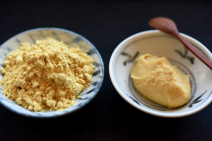 粉からしが手に入れば後は簡単。粉からしをボールに入れて40℃くらいのお湯で溶いて練るだけ。なお、仕上がった練りからしは、できるだけその日のうちに使うようにしたほうが◎。日が経つとせっかくの辛味が飛んでしまいます。