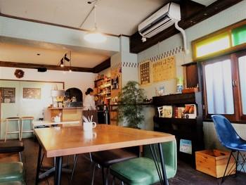 材木座海岸のすぐそばということもあり、サーファーたちや地元住民の方も多く立ち寄る、ローカルに愛されるカフェとして知られています。こじんまりとした店内のいたるところには、ちょっとレトロなインテリアが。どこを切り取っても絵になるような、オシャレでかわいい空間です。
