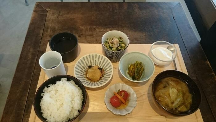 7:30~10:00までの朝食は、山形直送のお米と、手作り味噌のお味噌汁を中心にした和定食。旬のお惣菜が小鉢に盛られた、体が喜びそうな朝ごはんです。