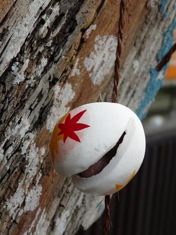 素焼きの吊り下げ土鈴・・・古来より人々は、たくさんの土鈴を樹木や民家の軒先に吊り下げて、その音色を楽しみました。空洞の中には土製の丸玉や小石、豆などを用いました。