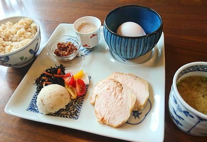 食べることの大切さを諭してくれるような、一つ一つ手間を惜しまずに作られた料理の数々を味わえるのが、「発酵朝食プレート」。自家製の醤油麹でいただく卵かけごはんは絶品ですよ。器の使い方や盛りつけなど、真似したくなるセンスが詰まった一皿です。