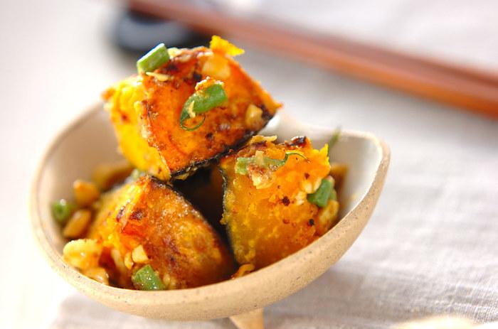 栄養たっぷりの緑黄色野菜・かぼちゃを、カシューナッツやさやいんげんなどと炒め合わせた一品。かぼちゃの甘さと、ナッツの香ばしさが相性抜群。かぼちゃの種などを入れるのもいいですね。