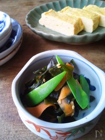 わかめをごま油で炒めると、意外なおいしさに驚かされます。ささっと作れる手軽なおばんざい。おつまみやお弁当のおかずにもぴったりです。ごまや彩り野菜などと炒め合わせて、バランスよく美しく。