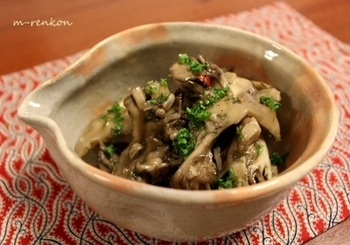 舞茸などのきのこを炒め、醤油麹をきかせたマリネ液に漬け込む作り置きの一品。和風パスタや和え物など、さまざまな料理に活用できます。