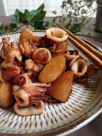 ひいかのぷりぷり感と、里芋のねっとり感。いかの旨みを含んだタレが里芋にからんで、箸が止まらないおいしさ。日本酒などにもぴったりです。
