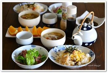 カニ入り五目チラシ寿司をメインに、具だくさんの味噌汁、なすの炒め煮などを組み合わせた朝食。前日の残りなども上手に利用した充実の朝メニューです。