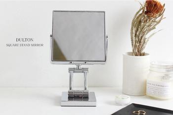 インテリア雑貨メーカー「ダルトン」のスタンドミラーは、真四角の洗練されたフォルム。両面がミラーになっていて、片面は3倍鏡に。スタンドの高さやミラーの角度を変えることもでき、実用性にも優れています。