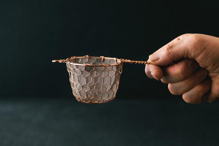 憧れるけれど、自分で買うにはちょっと考えてしまう…。例えば、辻和金網の銅の茶こしはそんなアイテムの1つかもしれませんね。編み目の美しさと目の細かさが特徴で、緑茶や紅茶はもちろん、粉茶にも使うことが出来る優れもの。丁寧な手仕事が伝わる道具と共に、安らぎのティータイムを。