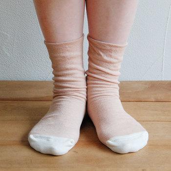 「足先が冷えて眠りにつきにくい」と言う方にさりげなく贈りたいシルクソックス。肌に触れる面はシルク、外側はオーガニックコットンで耐久性アップ。ゴム部分がなく、足首をしめつけないから、ゆったり心地よいのも魅力です。