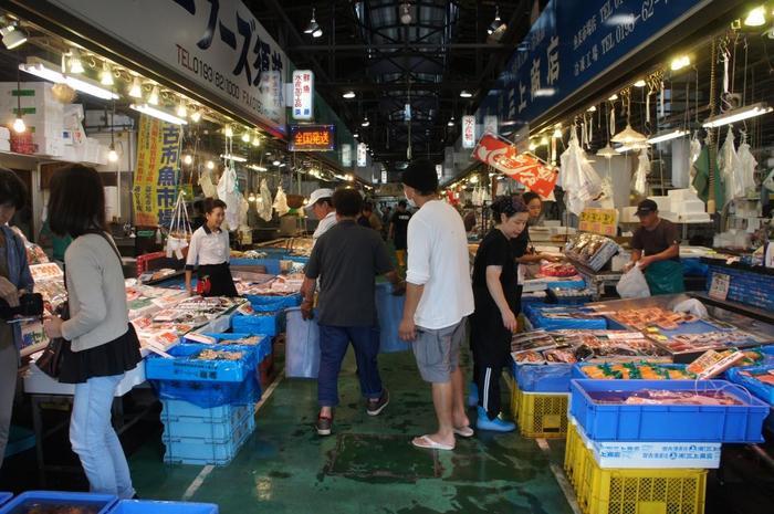 新鮮な海の幸をじっくり選ぶなら、市場に足を運びましょう。三陸には数多くの市場がありますが、こちら宮古市の魚菜市場は、魚介類だけでなく地元で採れた野菜・果物も販売されているほか、市場内には食堂があるため、市民から観光客まで多くの人が訪れます。市場に行く際は、早起きして早朝に行くのがおすすめです◎