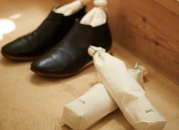 吸水性や調湿性、調温性に優れた「珪藻土」と消臭効果の高い「炭」のWパワーで、靴の乾燥&消臭 できる便利アイテム。外の袋は、汚れたら洗って繰り返し使えるのも嬉しいですね。