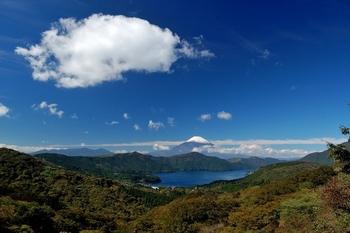 温泉を堪能した次の日は、のんびりチェックアウト。そのまま帰路につくのもいいですが、帰りがけに足を延ばして芦ノ湖に行ってみるのはいかがでしょうか。箱根湯本から芦ノ湖まで1時間に4~6本バスが出ていますが、レンタカーを使うのもおすすめ。