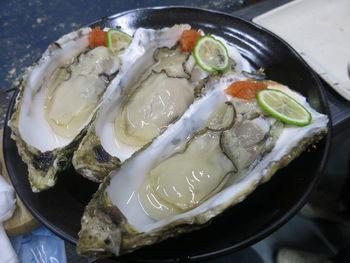 こちらは陸前高田市のかき小屋・広田湾。生かき、蒸しかき、かきごはん、かき汁、かきフライ、かきグラタン…などなどかき尽くめ。蒸し牡蠣は1㎏~5㎏まで食べれるので、大人数でワイワイ食べるのがおすすめ◎