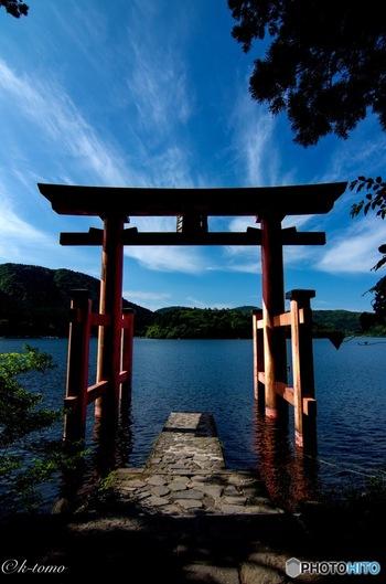 箱根神社から芦ノ湖の方へと参道を下っていくと、湖に突き出したところにある「平和の鳥居」も水上の朱色がきれい。ここから芦ノ湖に添って参道があるので散策するのも◎