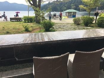 ベーカリーでパンを購入すると、こちらでも足湯を楽しむことができます。温かいお湯につかって、芦ノ湖を眺めながらのランチは、なんとも贅沢。寒いときこそ、温かいお湯が気持ちいいですよね♪