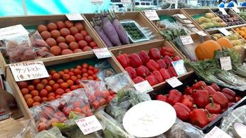 イギリスに比べると日本ではまだまだ身近な存在とは言いがたい環境ですが、オーガニックの食材や食品を扱う市場やお店が少しずつ増えてきています。スーパーで一般的に売られているものよりは値段が高いのですが、それは土作りから丁寧に手間ひまをかけて生産されているから。「食材そのものの味が濃い」「おいしい」「安心」などのメリットを考えると、価格以上の価値があると感じる人も多いのでは。 近所でファーマーズマーケットなどが開催されているのなら、オーガニックの食材を生産している農家が出店していることも多いので、チェックして出かけてみてください。