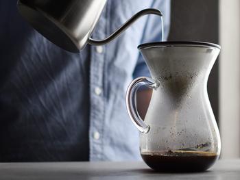 おいしいハンドドリップコーヒーを楽しんで欲しい…そんなコーヒー好きな方におすすめなのが、フィルターとたっぷり600ml分のカラフェの、スローコーヒーセット。贈る方を選ばないシンプルなデザインも魅力。すぐ使えるように、コットンペーパーフィルターが20枚セットになっているのも嬉しいですね。
