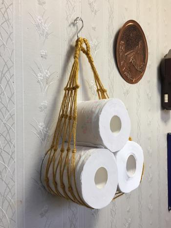 ジュート編みのプラントハンガーをつかったトイレットペーパー収納術。省スペースでおしゃれに飾れるのが嬉しいですね。プラントハンガーは、そのほかマリンなスタイルで流木と合わせたり、プラントハンガーとして植物を合わせて飾ったりといろいろな使い方ができます。