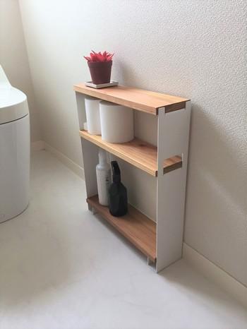 トイレ用洗剤やトイレシートなどの掃除用具もまとめてスッキリ収納したい、という時におすすめなのがスリムラック。使用時や掃除の際も動線の邪魔をせずストレスなく使えます。 こちらのアイテムはしっかりとしたアイアンの脚とナチュラルな板がトイレを和やかな空間にしてくれる一品。清潔感があり、使い勝手の良いサイズにまとまっています。