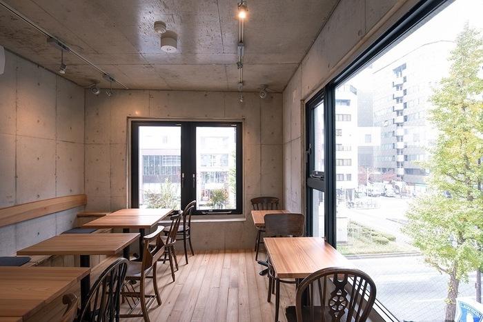 コンクリート打ちっ放しの壁と木目のフローリングがシンプルな内装。大きな窓から銀座の街並みが見えて開放的な空間です。落ち着いた雰囲気で、ゆっくりとお食事が楽しめます。