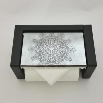 無機質なトイレでもトイレットペーパーホルダーに柄を取り入れると華やぎが加わりますね。