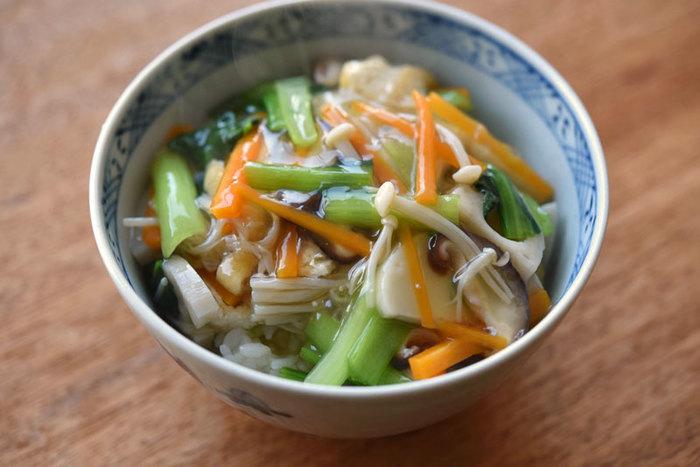 お野菜たっぷりあんかけ丼。冷蔵庫にある余ったお野菜でもOK!お正月料理で使った「かまぼこ」をプラスしてもおいしいですよ。ごはんが見えなくなるまであんをかけて召し上がれ♪