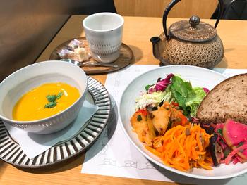 フランスで、オーナー・ローズ氏の元で修業を積んだシェフが作るデリの数々は、野菜を中心にしたメニューが多く女性に人気です。こちらのベジタブルプレートは、季節の野菜や穀物などを彩りよく盛り付けたワンプレートランチ。スープとパン、ドリンクもセットになっているので女性なら十分満足できるボリュームですよ。  気に入ったデリは、テイクアウトすることもできるのでホームパーティーにも良さそう。
