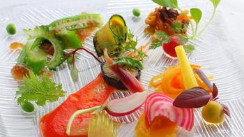 """マンダリンオリエンタル東京の「広東料理SENSE」でミシュラン一つ星を獲得した、高瀬健一シェフがオーナー料理長を務めていることでも有名です。コンセプトは""""美容・健康・アンチエイジング""""、野菜を活かしたヘルシーな新感覚の広東料理がいただけます。  繊細な味付けと芸術作品のような美しい盛り付けは目を見張るほど。"""