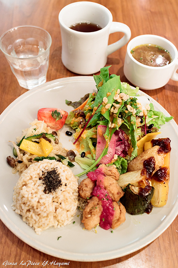 オーガニック野菜がふんだんに使われたデリと玄米ごはんの組み合わせは、とってもヘルシー。デリのラインナップが季節によって時々変わるので、訪れるたびに新しい味が楽しめるのも良いですね。