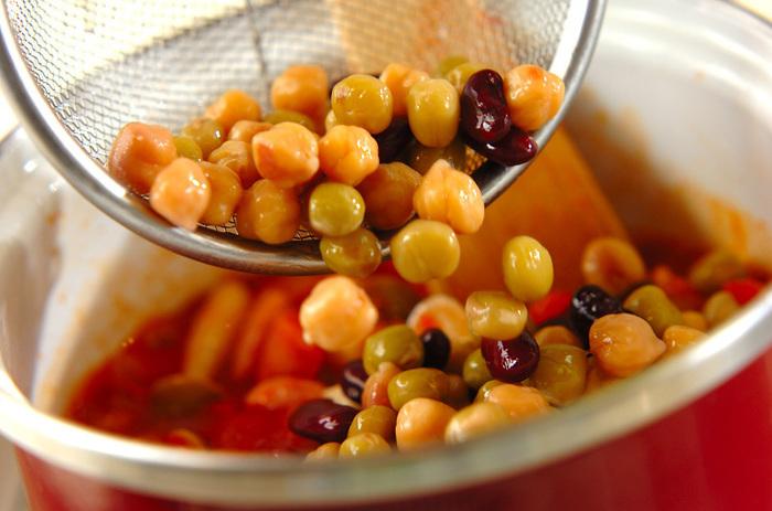 私たちの日常の食卓によく上がる豆料理、お好きな方も多いのではないでしょうか。豆には様々な種類があり、どれも人間の体に必要な栄養素がたっぷり含まれている素晴らしい食材です。今回はその中でもスーパーで買いやすい大豆・金時豆・ひよこ豆・レンズ豆の《そんな使い方もあったんだ!》というようなアレンジレシピをご紹介します