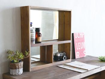 古材を使った、味わいある木製の棚付きミラー。ちょっと使いたい化粧品や小物を置いておけるので、実用性もしっかり◎