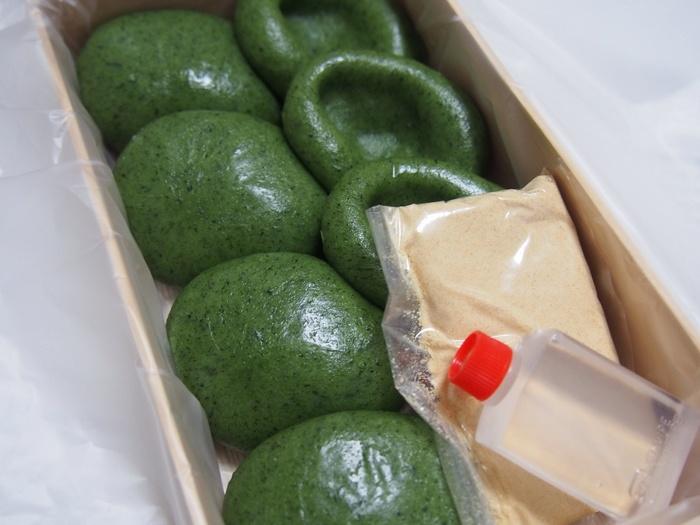 明治2年の創業以来、香り高いよもぎだけを使った草餅を作り続けています。創業当時は、隅田川の土手で摘んだよもぎで作っていましたが、今は千葉県や青森県など日本各地から上質なよもぎの新芽を取り寄せているそうです。  草餅は2種類あり、こちらは「あんなし」。丸めた草餅にきなこと蜜をかけていただきます。よもぎの香りが口いっぱいに広がり、素材の良さを感じられます。