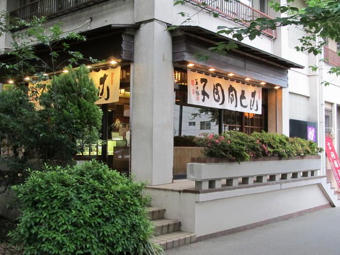 先ほどご紹介した長命寺のすぐそばにあるのが「言問団子」です。江戸末期創業で、老舗の風格が漂う外観が印象的。