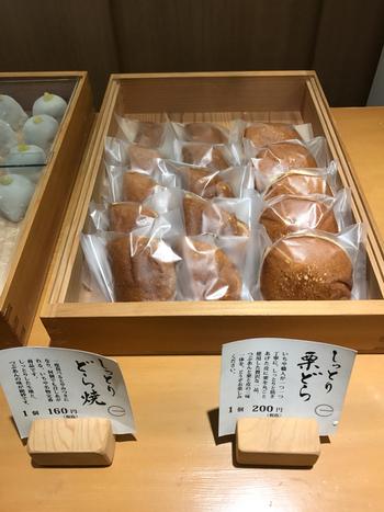 こちらは、大福とどら焼きがメインの和菓子屋さん。白木のカウンターにずらりと並ぶ商品はどれもおいしそうで、迷ってしまいます。