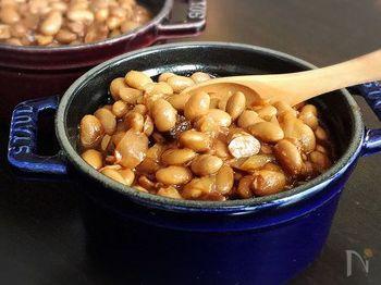 大豆を甘辛い味つけで煮込んだベイクドビーンズは、BBQのサイドディッシュとしてアメリカで広く愛されています。日本では甘みを黒みつとブラウンシュガーで代用することで、本場の味を再現。大豆は圧力鍋を使うと15分ほどで柔らかく煮上がり、時間の短縮になります。あとは玉ねぎやベーコン、調味料と一緒にオーブンでじっくり煮込みましょう。