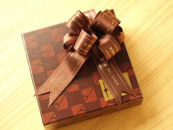 リボンと箱の色味を同系色にすれば、シンプルかつ洗練されたイメージの贈り物になります。ゴージャスに結んだリボンも同系色なら目立ち過ぎないので、年上の男性に渡しやすいですよ。