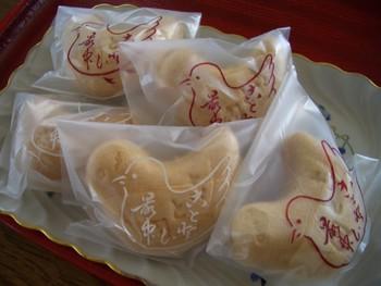 言問団子は日持ちがしないので、お土産用の和菓子がほしいというお客さんの要望から生まれたという「言問最中」。「都鳥(みやこどり)」という鳥の形が可愛らしいんですよ。  中身は粒あんで、言問団子とはまた違った味わいが楽しめます。お店でお団子をいただいて、お土産に最中というのも良いですね。
