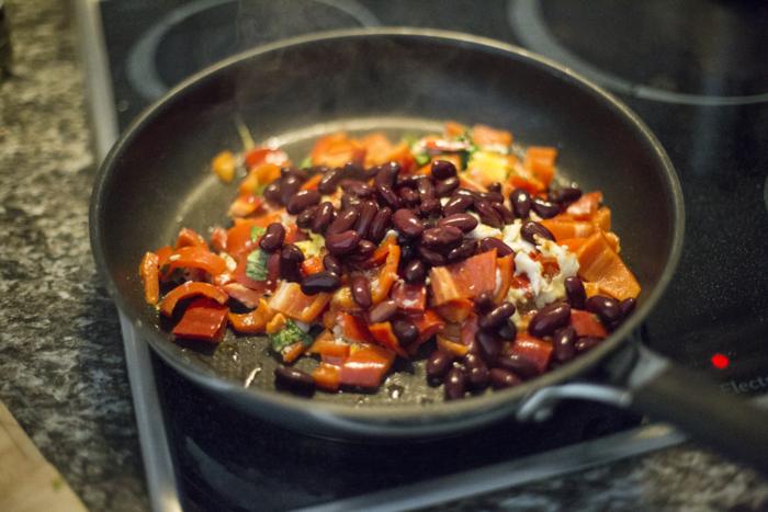 私たちの体づくりにかかせない栄養をたっぷり含んだ豆。豆には色々な調理法があるので、和風に飽きたら趣向を変えて、海外の家庭料理に挑戦してみるのも新たな豆の魅力を知るきっかけになるかもしれません。また、豆はドライパックや甘煮などすでに調理済みの商品も多く販売されているので、忙しい時はそれらを上手に利用して、料理時間を短縮するのもひとつの方法です。是非、美味しい豆料理を毎日の献立に取り入れてみてくださいね♪