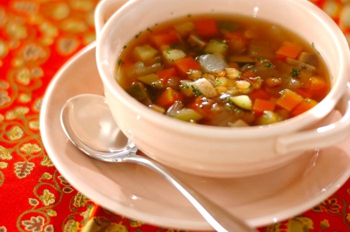 レンズ豆にズッキーニやにんじんなどを加えて煮込んだ、栄養満点スープです。レンズ豆は加熱した後、火を止めてから10分ほど蒸らすのがポイント。内部までじっくり熱が伝わることで、ホクホクした食感になります。