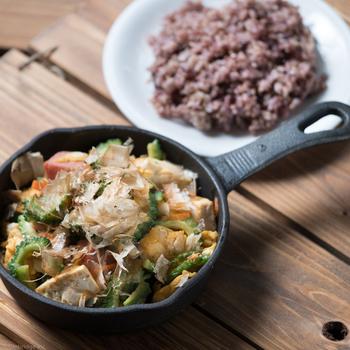 ランチタイムから沖縄を代表するお料理がたくさん並びます。何にしようか迷ったら、まずはゴーヤチャンプルー定食がおすすめ。スキレットに入ったゴーヤチャンプルーは、しゃきしゃきのゴーヤやスパムがたっぷり。味付けは関東の方でも馴染みやすいように醤油ベースにしているそう。