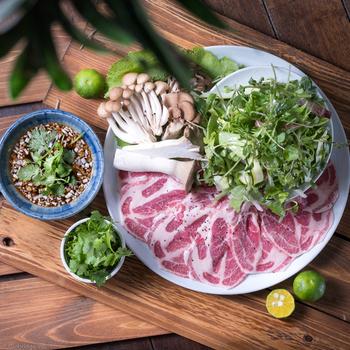 ディナータイムなら「あぐー豚のしゃぶしゃぶ」を食べてみてはいかがでしょうか?肉質が柔らかく、うまみ成分が一般的な豚肉の約3倍も含まれているそう。臭みがないのも特徴で、火を通してもしっとり。沖縄料理が好きな女性は多いので、仲良しを誘って行ってませんか?