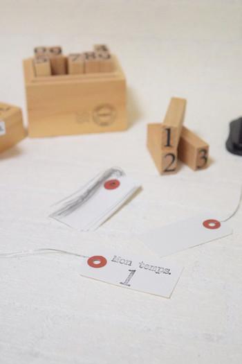 荷造り用のタグにスタンプを押して手作り。温かみのあるタグになりますよ。プレゼント用以外にも、お部屋の整理整頓にも役立ちます。
