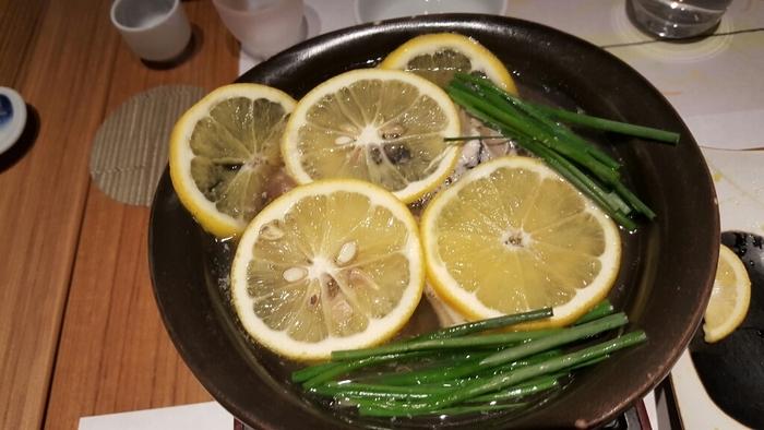 女性に人気のレモン鍋は、瀬戸内レモンをたっぷり入れたあっさり風味。広島産の牡蠣や魚、豚肉、野菜、大根おろしとの相性が抜群でいくらでも食べられそう。レモンを皮ごと入れているので、立ちのぼる爽やかな香りが食欲をそそります。
